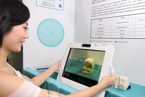 工研院於Touch Taiwan 2019中展出的「可降低手術下刀風險之透明顯示互動模組」以先進的高透明AMOLED觸控顯示器結合虛實互動疊合技術,搭配視覺辨識系統,讓完整的醫療資訊與實際開刀部位作疊合,便利醫療人員開刀資料的比對,提供醫療團隊手術治療時精確導引。