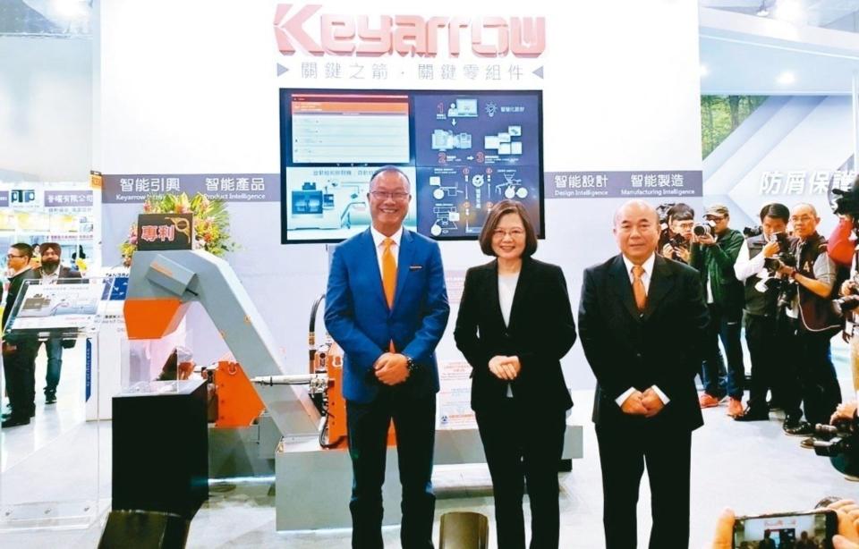 總統蔡英文(中)參觀台灣引興展攤,由董事長王慶華(左)生動介紹創新產品,也成功搶占媒體版位。 徐谷楨/攝影