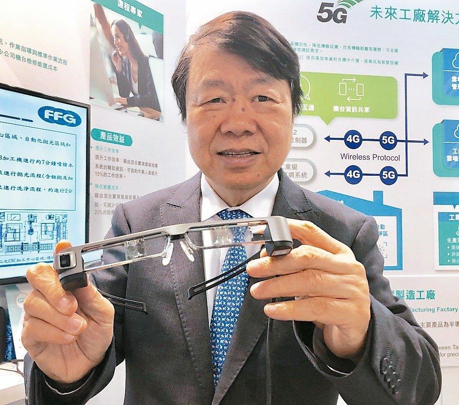 友嘉集團總裁朱志洋說明5G未來工廠可透過MR或VR眼鏡,與遠端專家進行雙向通訊與作業指導設備維修或檢測。 記者宋健生/攝影