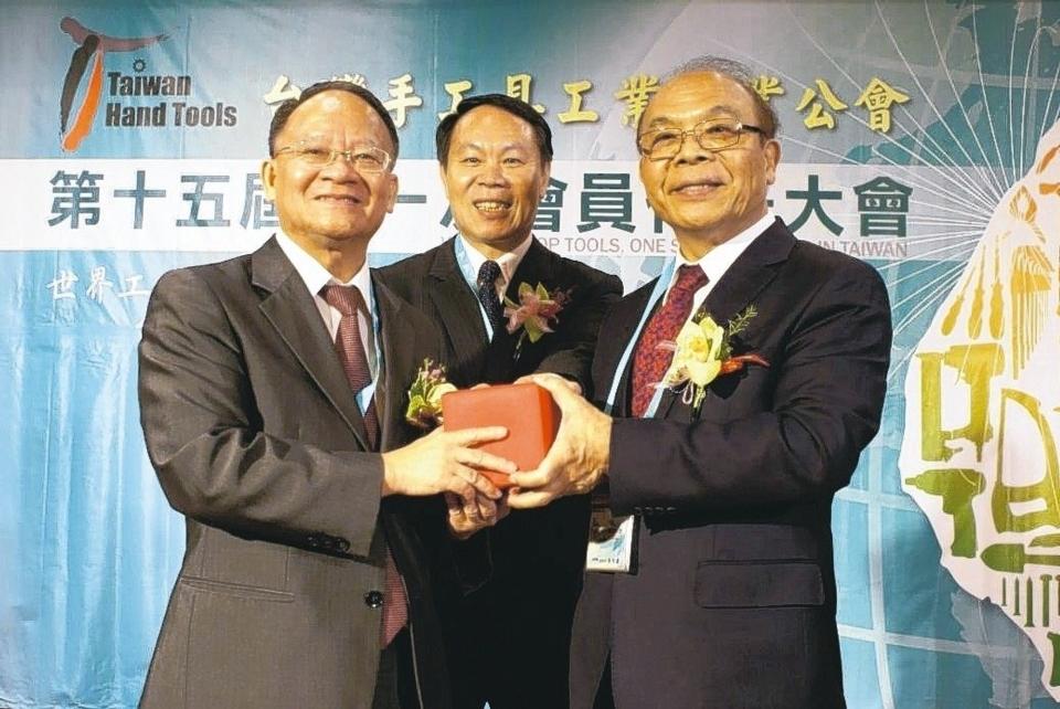 黃信德(右)當選第15屆台灣手工具公會理事長,在榮譽理事長吳傳福(中)的監交下,自前任理事長游祥鎮手中接下印信。 吳青常/攝影