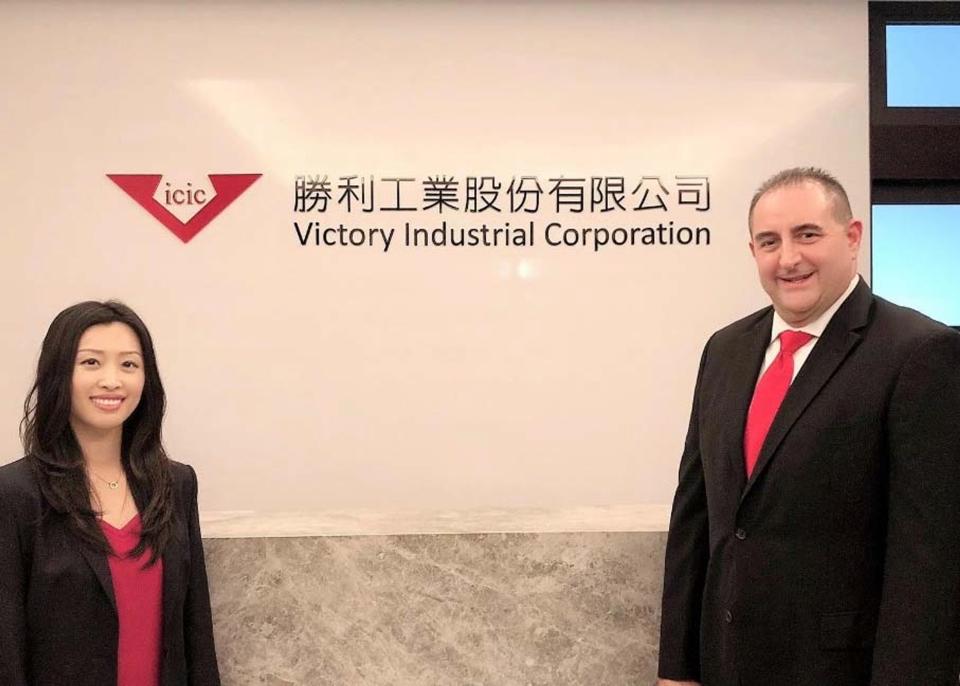 勝利工業執行副總裁 Mike Clausman (右) 與業務及行銷副總裁 Annie Yao 合影  勝利工業/提供