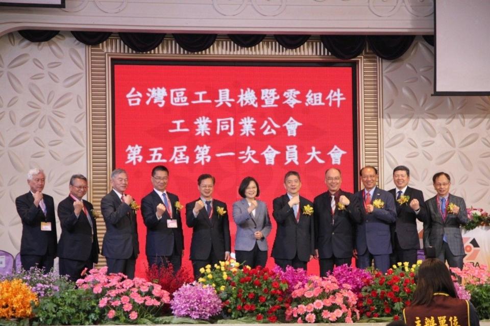 蔡英文總統(中)下午參加台灣區工具機暨零組件工業同業公會時提出三方面的提振景氣方案,並說不會讓廠商們孤軍奮鬥。記者黃寅/攝影