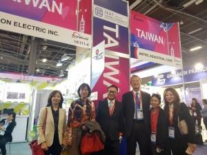 駐法代表吳志中(右三)與台灣展團經濟日報副社長周祖誠(左三)、台北市進出口公會處長方芬美(右一)一起訪視參展廠商 。攝影 何盈慧