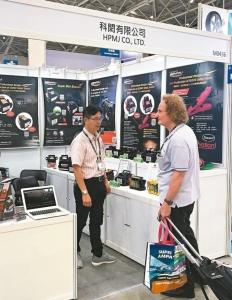 科閎在台北汽配展產品吸引國外買主關注。 郭芳伶/攝影