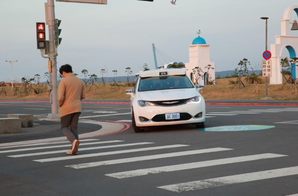 在無號誌燈號的馬路口,工研院自駕車遇到行人穿越馬路,會減速剎車,禮讓行人先行。
