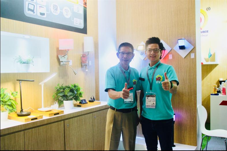 偉聖國際陳義鏱總經理(左)及陳逸修課長與此次展出的智能燈系列產品合影。記者黃偉修/攝影
