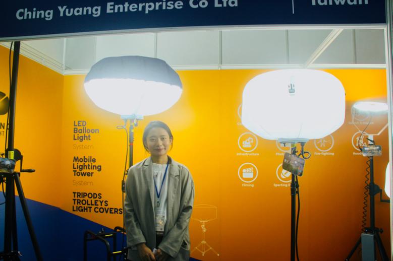 青暘公司LED氣球燈廣泛運用在夜間工程及戶外活動。黃偉修/攝影