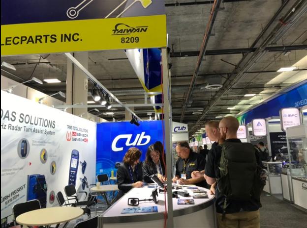 為升電裝工業於2019AAPEX展會攤位上,吸引專業買主洽談。 游志龍/攝影