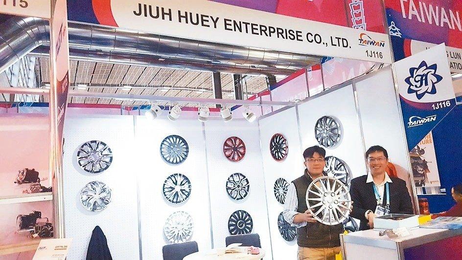 鉅惠企業總經理王柏綱(左)與業務經理陳奎達於展場行銷多國專利的輪圈蓋產品。 本報系/提供