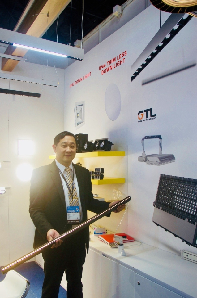亮星光電唐董事帶來最新燈具產品不僅克服LED燈易眩光的缺點,同時大幅度提高照明的亮度以及空間運用彈性。 黃偉修/攝影