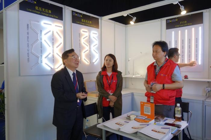 台北貿易中心香港辦公室巫英臣主任(左一)在展場與台灣展商致意。(經濟日報游志龍攝影)