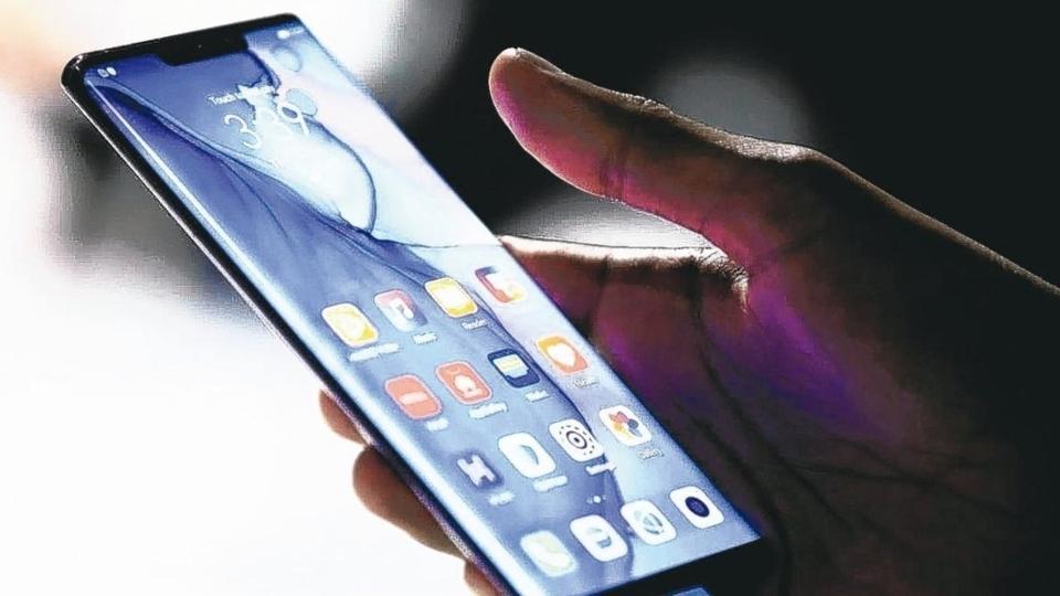 外資法人機構針對5G手機產業報告指出,過去幾個月,華為在平價市場取得過半市占;在中高價市場,則將由華為與蘋果平分市占。圖為華為Mate 30系列5G手機。 路透