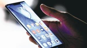 外资法人机构针对5G手机产业报告指出,过去几个月,华为在平价市场取得过半市占;在中高价市场,则将由华为与苹果平分市占。图为华为Mate 30系列5G手机。 路透
