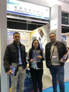 國際買家到訪經濟日報中經社攤位,索取 TTG和 USB電子書專輯。 蕭永樂 攝影