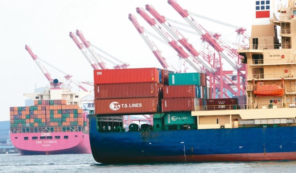 我國11月進出口雙雙由負轉正,為13個月來最佳表現;圖為高雄港貨櫃作業情況。圖/聯合報系資料照片