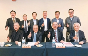 台灣區工具機暨零組件公會理事長許文憲(前排右二)與理監事認為,明年業績至少可成長10%以上。 記者宋健生/攝影