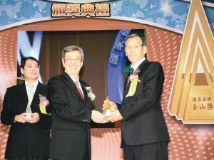尚園科技公司董事長李敏郎(右)獲副總統陳建仁(中)頒發國家品牌玉山獎獎座。 尚園公司/提供