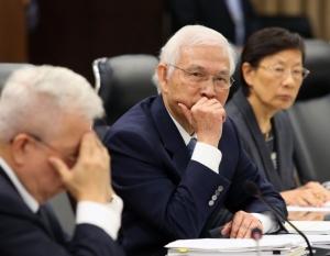 央行昨天召開理監事會議,總裁楊金龍(中)宣布,重貼現率連14季維持1.375%不變。 記者林澔一/攝影
