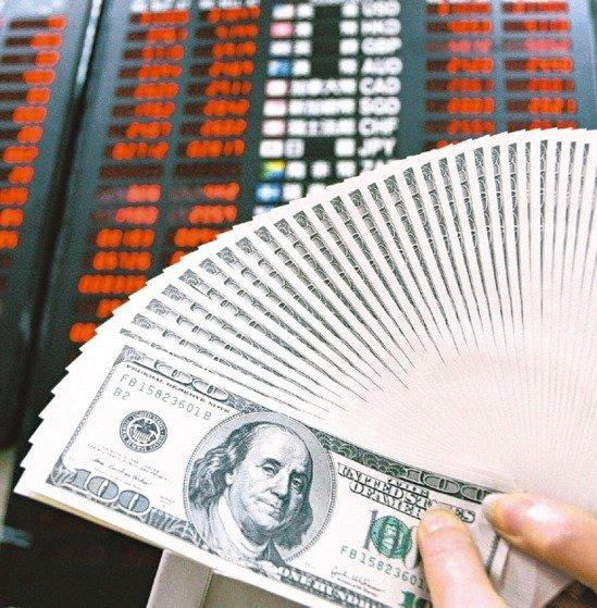 熱錢湧入,新台幣兌美元匯率本季以來強升3%,科技業業外蒙匯損陰影。 本報系資料庫