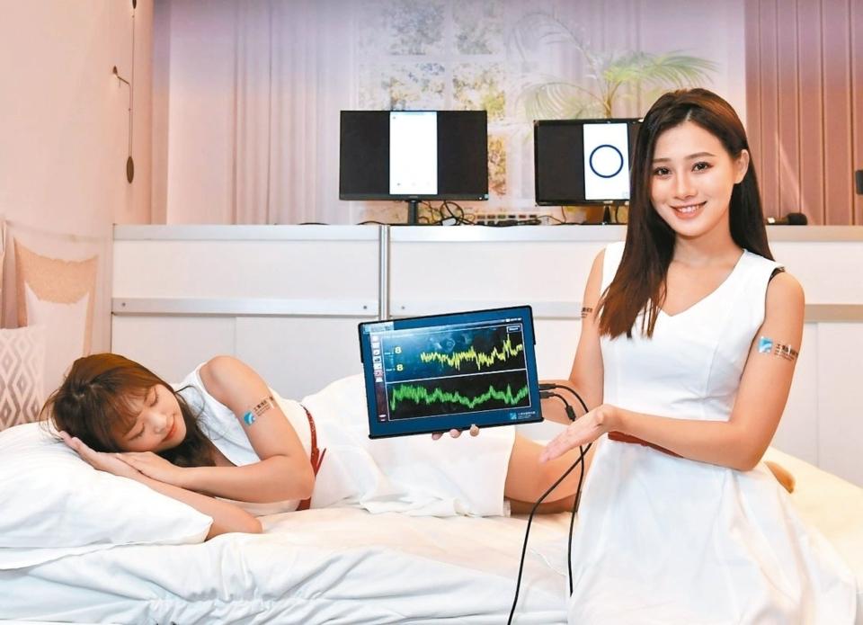 工研院於CES 2020展出「智慧睡眠科技」,透過低功率的WiFi設備,可偵測到睡眠者呼吸狀況,呼吸停止時裝置會對枕下充氣墊充氣,幫助睡眠者恢復呼吸。 圖/工研院提供