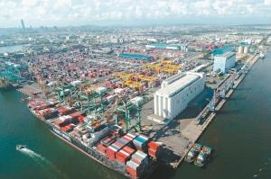 主計處預計今年第一季出口成長百分之四點一,顯示出口已走出陰霾;圖為高雄港。圖/聯合報系資料照片