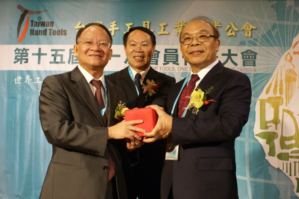 Huang Sin-te(right) was given the seal from the former Chairman, Yu Hsiang-chen (left)under the supervision of Honorary Chairman, Wu Chuan-fu(mid) (Photo photographed by Wu Ching-chang)