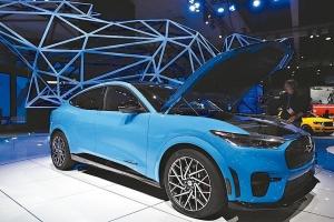 各大車廠都正專注開發電動車版的休旅車和皮卡,以衝刺電動車銷售。 美聯社