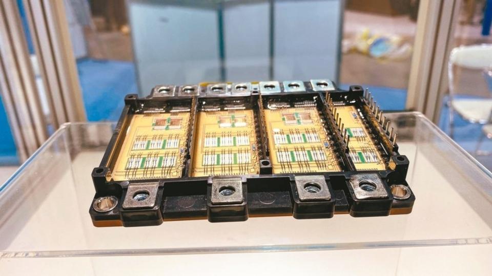 工研院在日本國際電子製造關聯展(INTERNEPCON JAPAN)上展示全球首創大於8Kw高功率密度電動機車功率模組。 圖/工研院提供