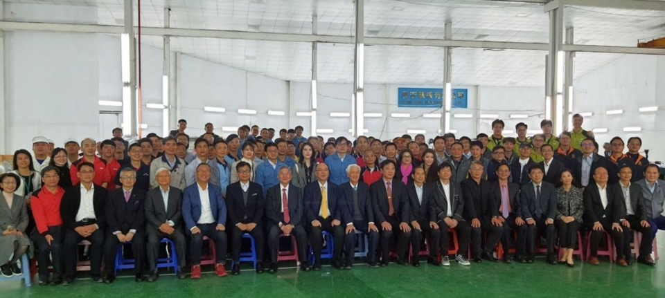 The Minister of Economy took a group photo with the bosses and employees of the machine tool manufacturer who supported the production of mask equipment