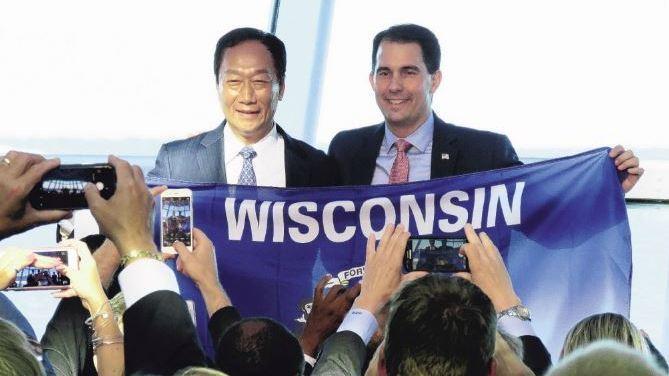 鴻海創辦人郭台銘與共和黨籍威州州長華克(Scott Walker)於2017年簽訂合作備忘錄。 報系資料照
