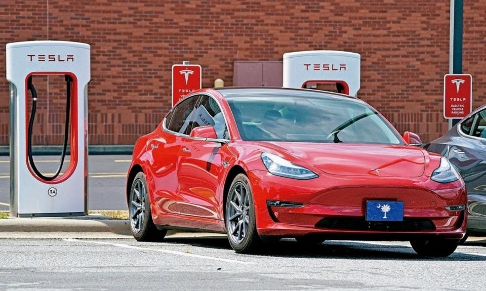 能源顧問機構Wood Mackenzie公司預估,今年的全球電動車銷售量預料將比去年下滑43%至130萬輛,主因為新冠疫情爆發衝擊需求、低油價導致車隊採購延後,以及心懷憂慮的消費者先持觀望態度,也延後購買決定。 美聯社