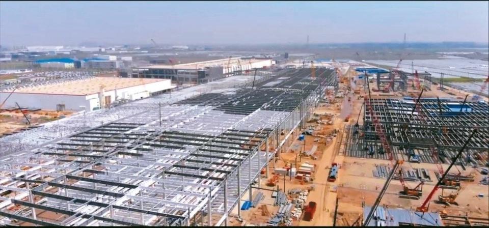 最新空拍照顯示,特斯拉上海超級工廠正在趕工擴建,即將擴大一倍 。 網路照片