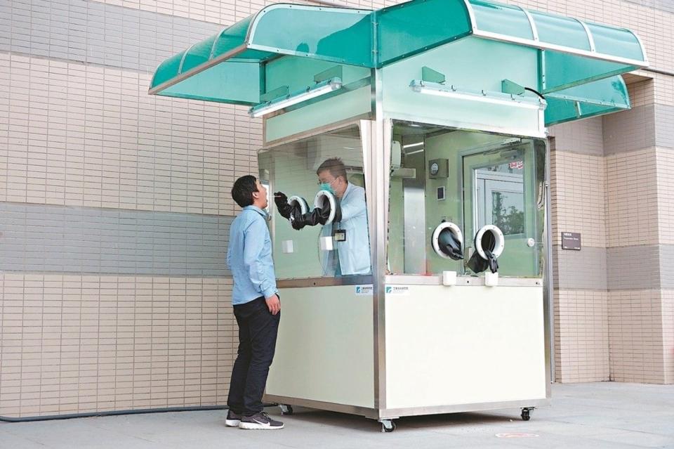 工研院正壓式檢疫亭獨立潔淨,無塵室等級優於醫院外科手術室,類似電話亭獨立設計,可減少相互感染疑慮。 工研院/提供