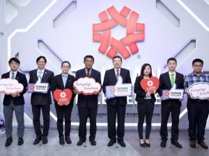 國際貿易局副局長李冠志(左四)、外貿協會秘書長葉明水(右四),與臺灣智慧機械廠商代表,出席線上記者會。