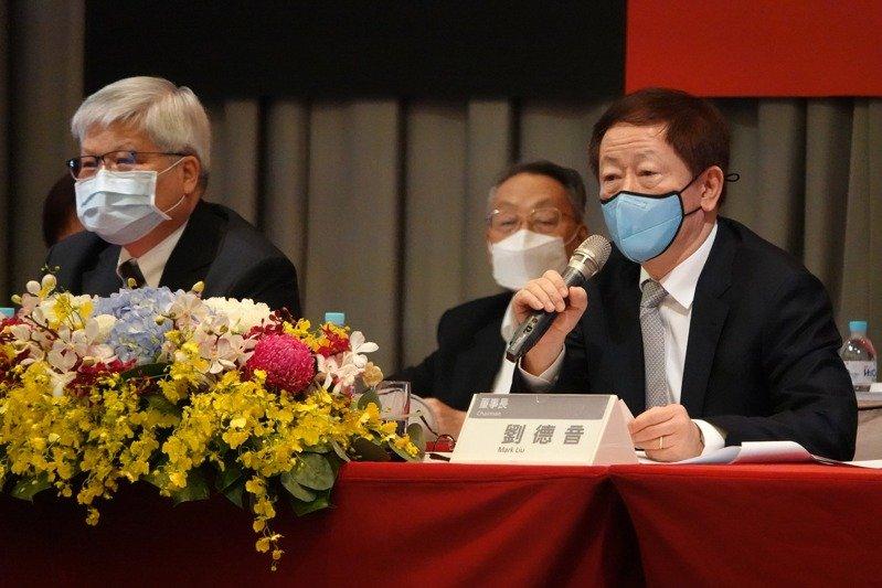台積電昨天舉行股東會,台積電董事長劉德音(右)、總裁魏哲家(左)出席說明。記者胡經周/攝影