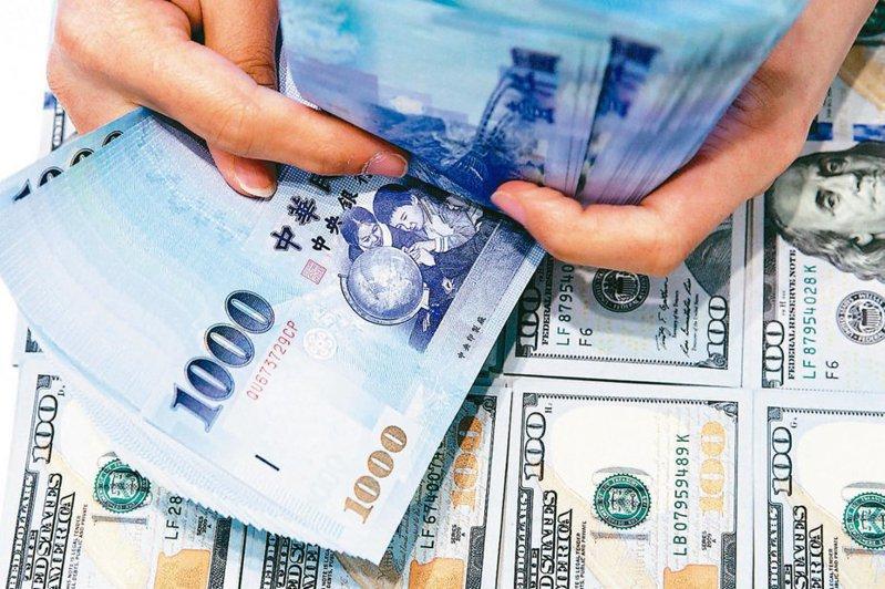 受到台股指數翻黑大跌影響,台北匯市昨(11)日上演三大驚奇。報系資料照
