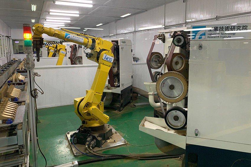 和成、工業局與工研院攜手打造AI人工智慧研磨拋光機器人,透過導入AI人工智慧及感測器等技術,讓機器人如同人類擁有視覺、聽覺、觸覺,有助水龍頭研磨、拋光、瑕疵檢測一次到位,成功協助水五金產業數位轉型升級。 工研院/提供