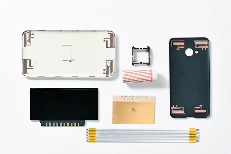 工研院發表全球首創的「積層式3D線路技術」,此技術可在玻璃和塑膠等多種材質的手機機殼、3D曲面、高頻傳輸線製作立體多層、細線寬的電路,以利打造更輕薄的3C產品。