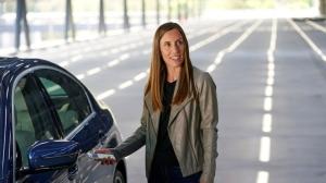 蘋果公司高層主管Emily Schubert示範如何讓iPhone變成數位車鑰匙。路透