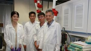 成大材料系團隊右起廖峻德教授、研究生徐泓鉦、博後研究員李含、研究生劉芷雲,研發新型的新冠肺炎病毒快篩方式。圖/成大提供