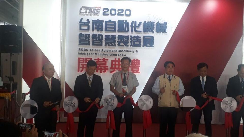 2020台南「自动化机械暨智慧制造展」下午登场,市长黄伟哲(左四)剪彩。经济日报 记者周宗祯/摄影
