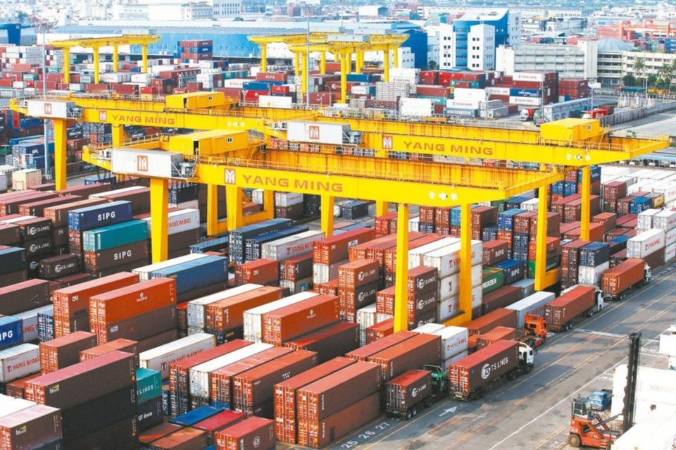 財政部昨天公布6月出口規模271.3億美元,年減3.8%,是「連四黑」。(經濟日報系資料庫)