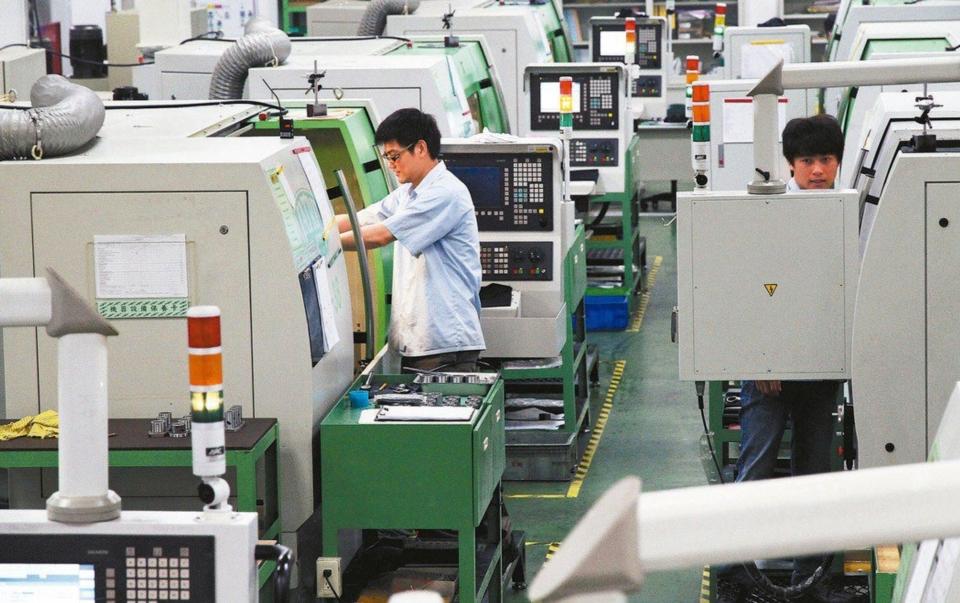 面對新冠疫情全球延燒,加上新台幣匯率狂升等不利因素,台灣機械公會理事長柯拔希昨(8)日首度下修今年度產業景氣預測。工具機示意圖,與本文所提業者無關。 經濟日報系資料庫