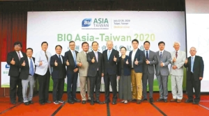 展昭國際企業總經理林茂廷(左六起)、台灣生物產業發展協會理事長李鍾熙與受邀產官學界貴賓於亞洲生技大展展前記者會合影。大會/提供