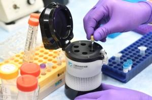 工研院在短時間內研發出的「iPMx分子快速檢驗系統」,與全球60個國家、超過400個實驗室進行盲測,在8個樣品中結果全數正確無誤,具國際水準。 圖/工研院提供