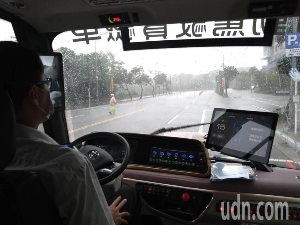 新北市智駕電動巴士今起載客測試運行,車上配有一名隨車員。經濟日報記者吳亮賢/攝影