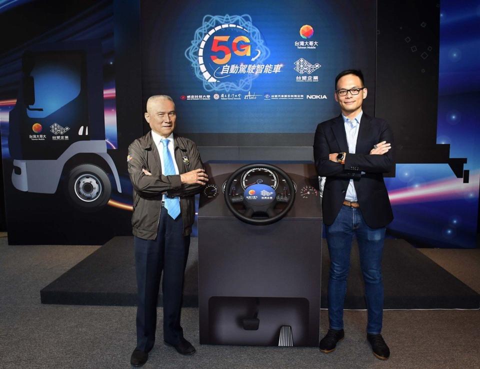 台灣大哥大總經理林之晨(右)與台塑汽車貨運公司董事長陳勝光(左)共同出席5G自駕車記者會。圖/台灣大哥大提供