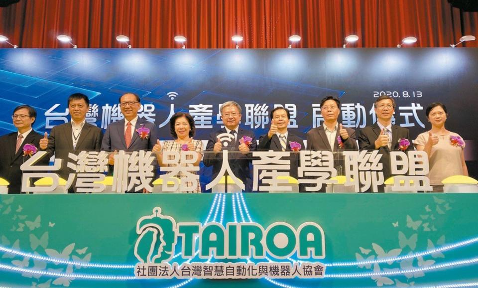 「台灣機器人產學聯盟」由台灣智慧自動化與機器人協會創會理事長卓永財(左三)、現任理事長絲國一(左五)與教育部司長楊玉惠(左四)等人主持啟動儀式。 經濟日報記者宋健生/攝影