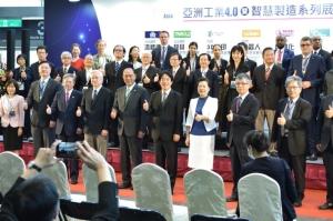 工程科技推展中心是此次亞洲工業4.0暨智慧製造系列展(Intelligent Asia)的協辦單位之一,其中心主任鄭國順(第二排左3)於開幕展時與副總統賴清德(前排左6)及多位貴賓共同合影。科技部補助工程科技推展中心/提供