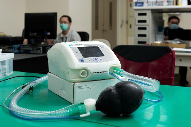 工研院打造國內首台呼吸器原型機,展現以科技研發守護臺灣,與全球防疫併肩作戰的決心。